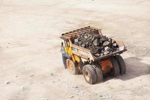 gruvtruck i öppen roll. mineralindustri foto
