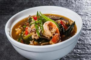 japansk soppa med skaldjur foto