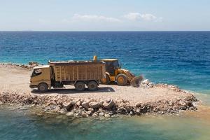lastbil och grävare foto