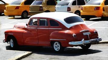 visning av parkerad klassisk bil foto
