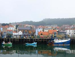 tre fiskebåtar i scarborough hamn foto