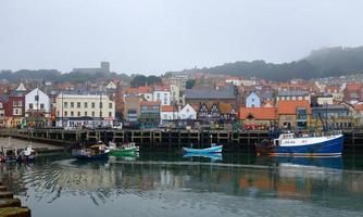 fiskebåt förtöjer upp i scarborough hamn foto