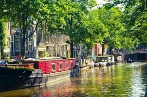 kanalbåtar i Amsterdam foto