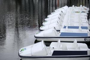 kopplade utflyktbåtar foto