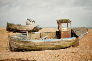 gamla fiskebåtar, dungeness, kent, england foto