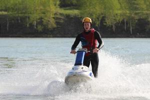 killen på jet ski. foto