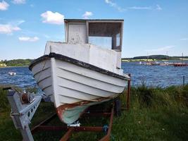 fiskebåt på stranden foto
