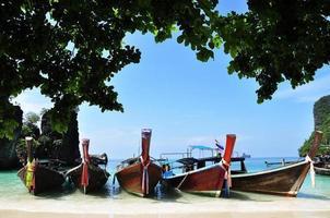 vacker strand- och longtailbåtar i Krabi, Thailand foto