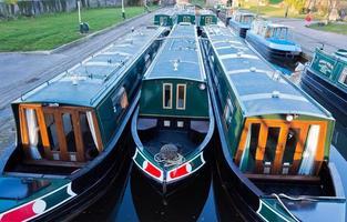 förtöjda långa båtar foto