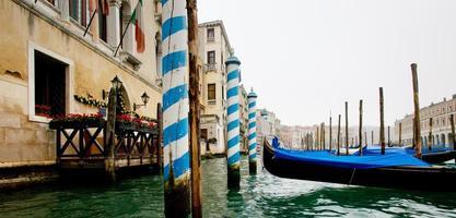 gondoler i den stora kanalen i Venedig