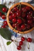 mogna körsbär i en vertikal toppvy av träskål foto