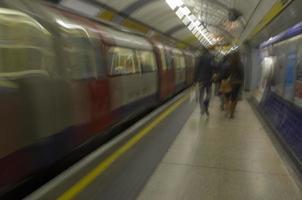 brummande tåg foto