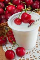 yoghurt med körsbär foto