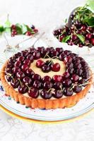 fruktkaka med söta körsbär och vaniljsås.