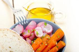 ångad rotgrönsak på en skål foto