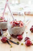 chia pudding med färska körsbär foto