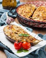 bakad aubergine fylld med ost, keso och örter foto