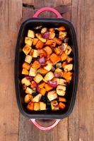 blandade grönsaker rostade i en stekpanna foto