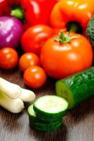 olika råa grönsaker foto