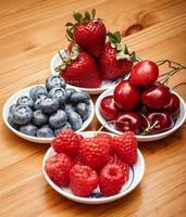 små skålar med frukt foto