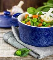 blandade grönsaker med spenatblad foto