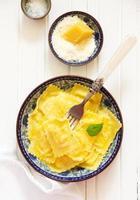 ravioli fylld med ricotta och spenat. foto