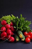 färska grönsaker och gröna (gurka, rädisor, tomat, sallad, spenat) foto