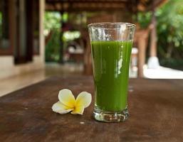 grön färsk juice. rå mat foto