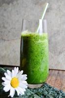 frisk grön smoothie med spenat och grönkål foto