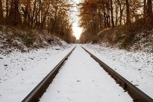 snöig järnväg foto