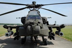en ah-64 apache longbow militär helikopter på marken