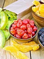 kanderade körsbär och annan frukt i skål ombord foto
