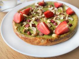 tårta med jordgubbar, rabarber och cashewnötter foto