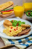 äggröra med rostat bröd och färsk sallad foto