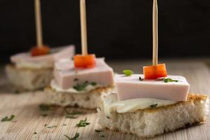 smörgås med kött och ost foto
