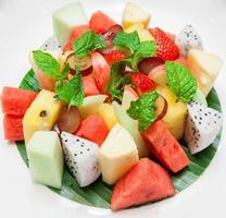 tallrik med en blandad färsk frukt foto