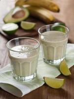 frukt och grönsaker smoothie foto