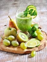 uppfriskande grön detoxsmoothie med ingredienser foto