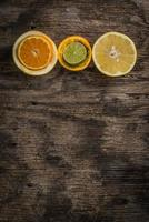 citrusfrukter på trätexturbakgrund foto