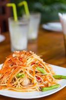 Thailändsk maträtt, grön papayasallad, redo att serveras