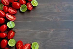 tomat och kalk tjock vänster kant foto