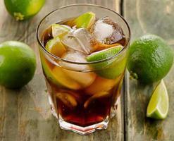 kuba libre med limefrukter foto