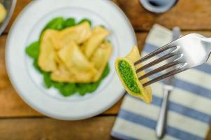 hemlagad ravioli fylld med spenat och ricotta foto