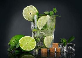 mojito cocktail över svart bakgrund foto