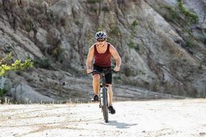 idrottsman man cyklar på en cykel foto
