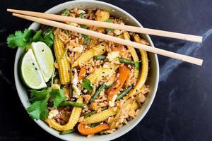 asiatiska stekt ris med ägg, grönsaker, mini majs, gröna bönor foto