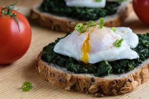 spenat och pocherat ägg på brunt bröd