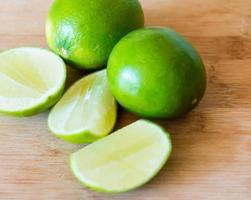 limefrukter: realistisk inställning till livsmedelsingredienser foto