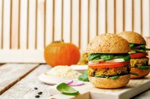 vegan hirs svartböna pumpa hamburgare foto