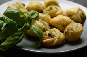 smördegsrullar med italiensk pestofyllning foto